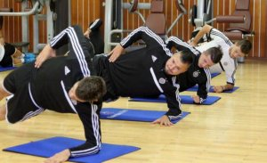 Fudbaleri partizana u vežbi bočni plank leđni i trbušni mišići